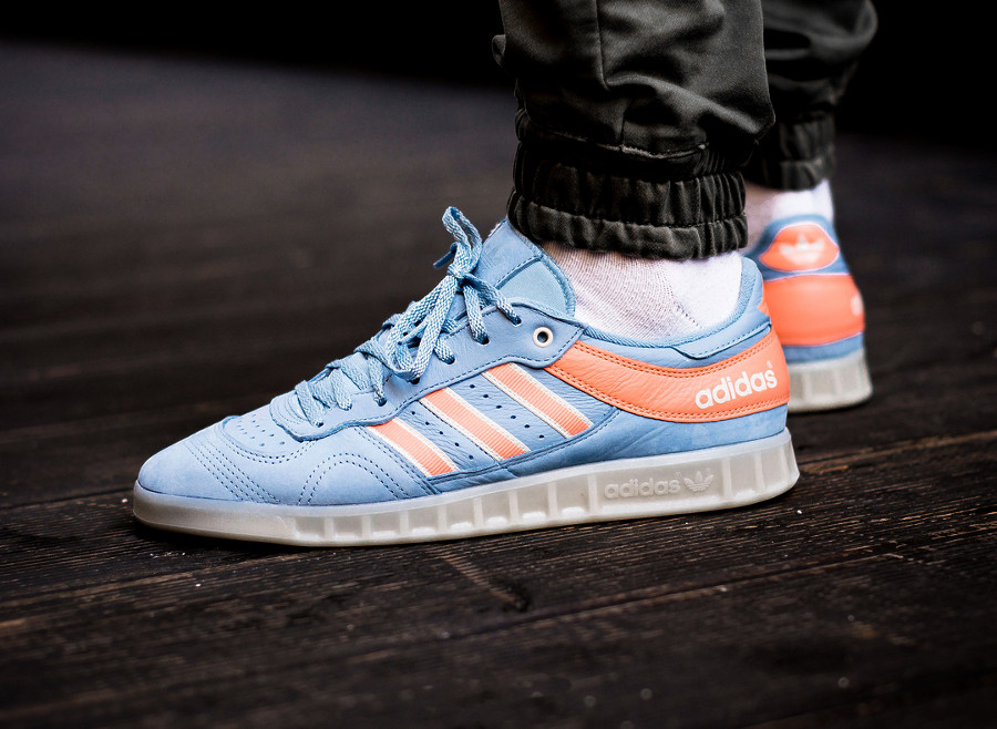 Chaussure Oyster Holdings x Adidas Handball Top Ash Blue Chalk Coral on feet
