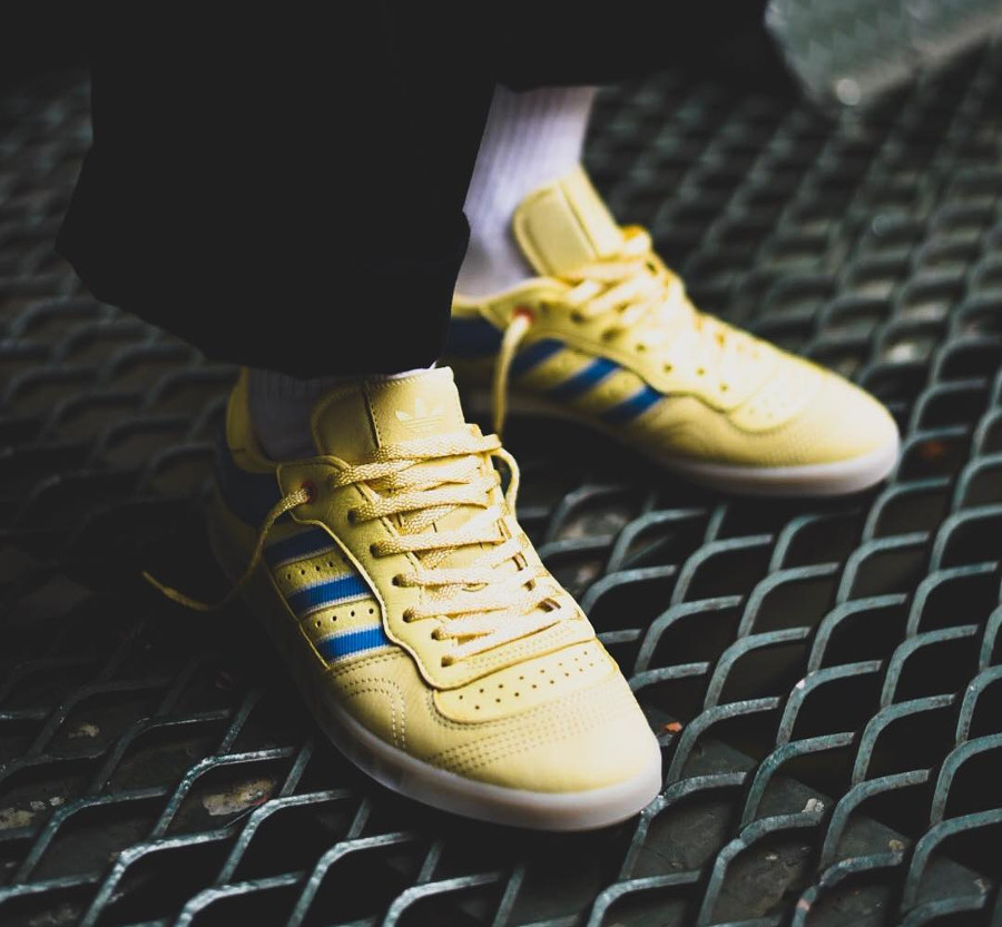 Chaussure Oyster Holdings x Adidas Handball Top Easyel Ash Blue on feet