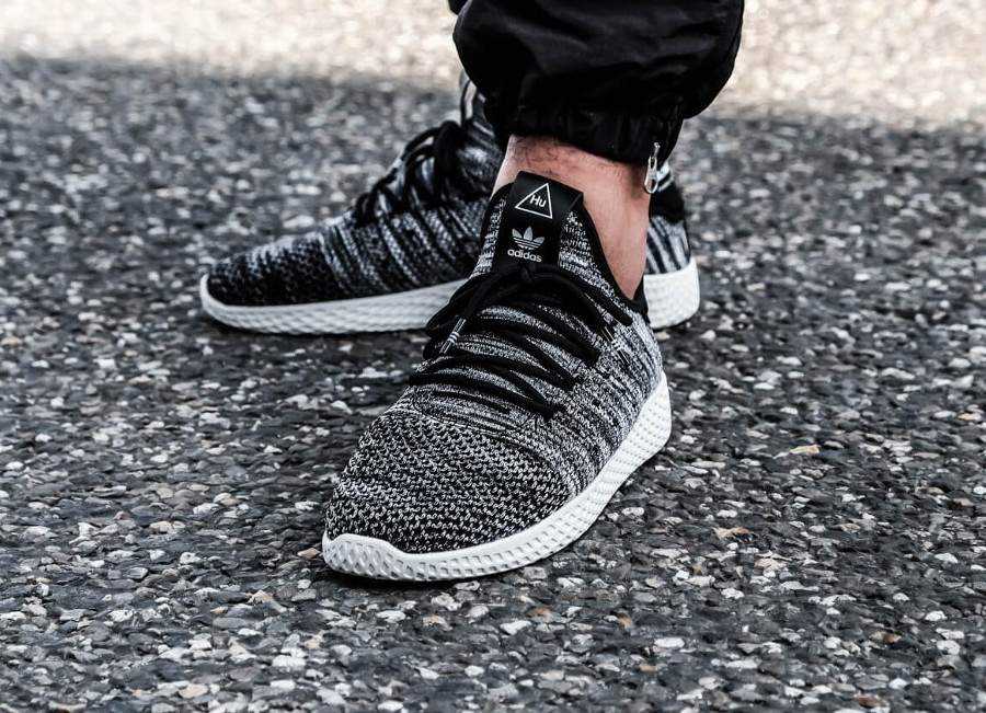 Chaussure Pharrell Williams x Adidas Tennis HU PK Oreo 2018 pour homme on feet (tissage Primeknit noir et blanc)