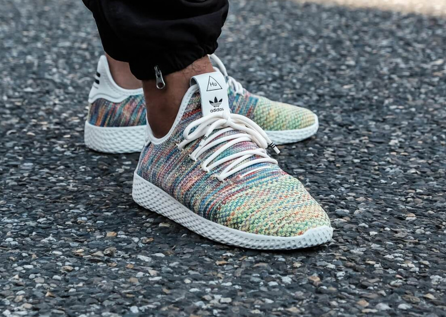 Chaussure Pharrell Williams x Adidas Tennis HU PK Rainbow Multicolore 2018 pour homme on feet (tissage Primeknit arc-en-ciel)