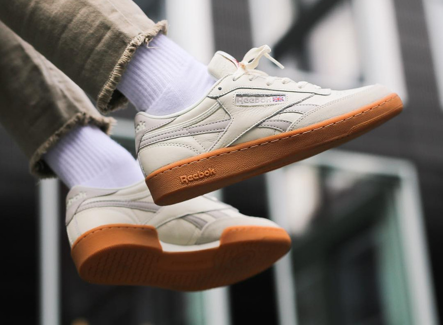 basket-reebok-classic-revenge-plus-homme-white-sandstone-on-feet-CN0511 (2)