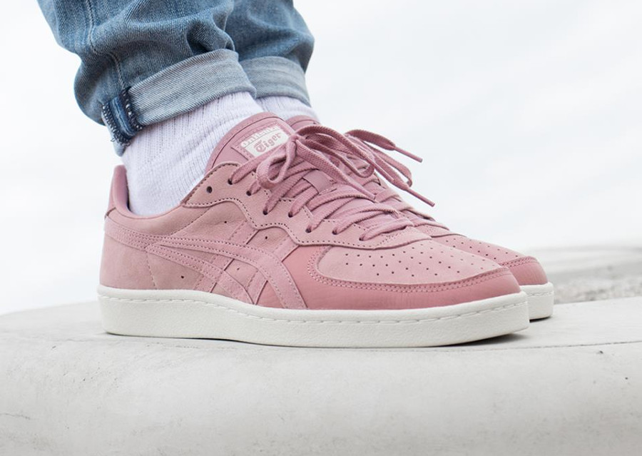 Chaussure Onitsuka Tiger GSM Ash Rose on feet (basket basse en suède)