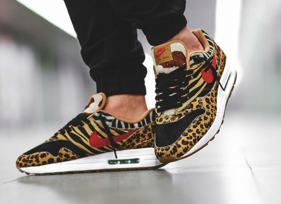 chaussure-atmos-tokyo-nike-air-max-one-poil-leopard-swoosh-rouge-semelle-gomme-on-feet (3)
