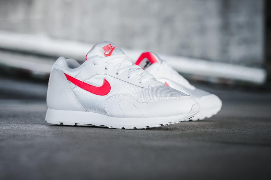 Nike Wmns Outburst White Solar Red Retro 2018 pour femme (blanche et rose)
