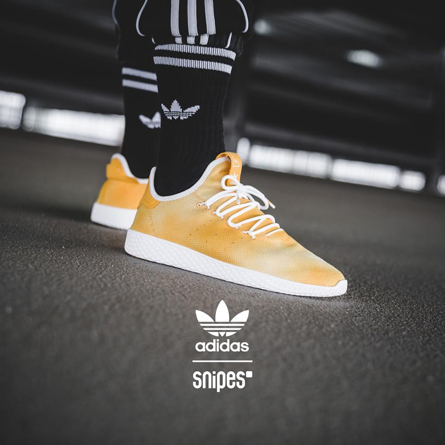 Adidas Tennis HU Holi Yellow (dégradé jaune) on feet