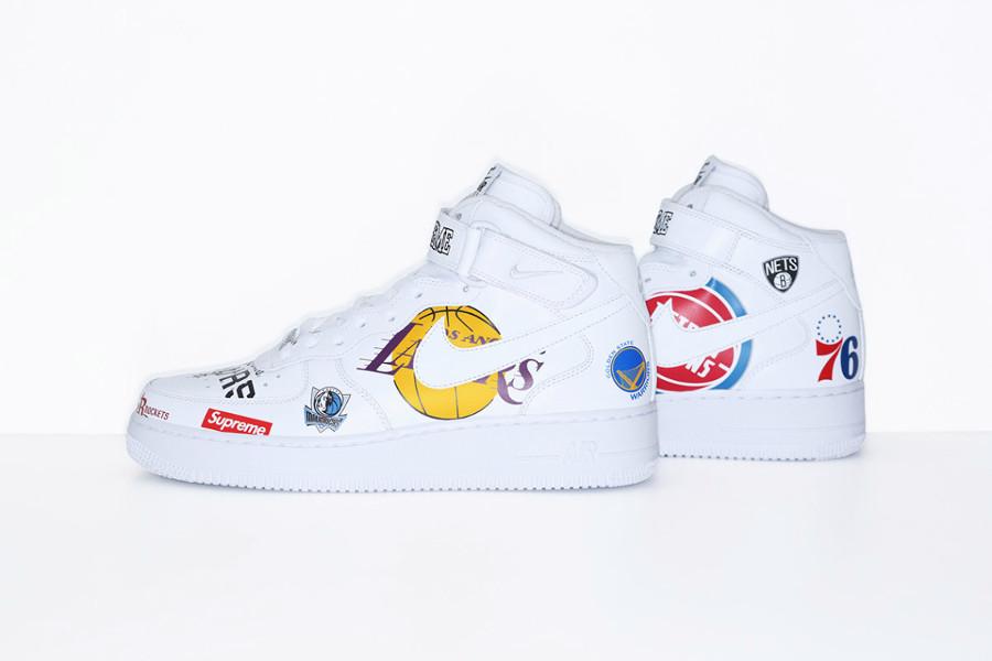 chaussure-de-basket-supreme-nyc-nike-air-force-1-mi-montante-blanche-AQ8017-100 (2)