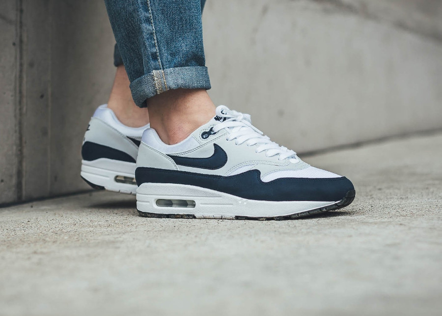 Chaussure de basket Nike Air One femme White Obsidian on feet