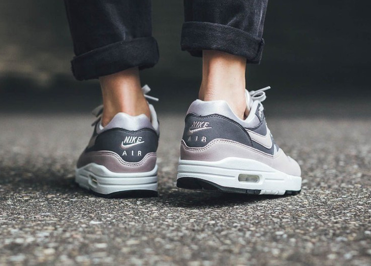 nike-wmns-air-max-one-Vast-Grey-Particle Rose-Gunsmoke-Black (1)