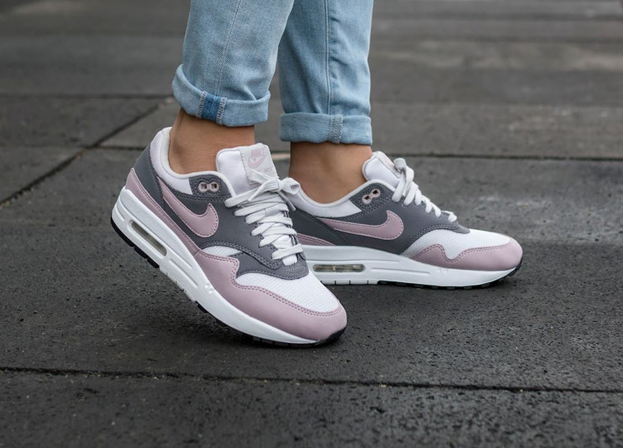 Chaussure de basket Nike Air Max One femme Particle Rose Gunsmoke on feet
