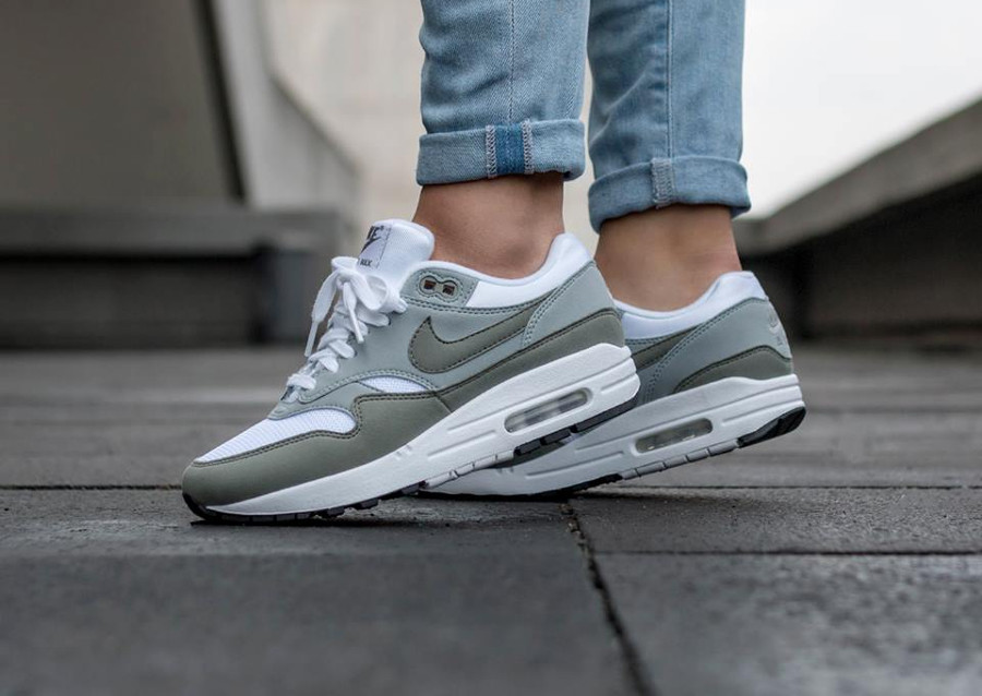 Chaussure de basket Nike Air Max One femme White Stucco Pumice on feet