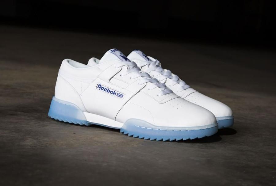 Chaussure de basket Reebok Workout blanche semelle transparente dent de requin bleu