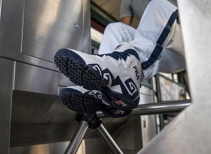 Chaussure Fila MB White Navy blanche bleu marine on feet