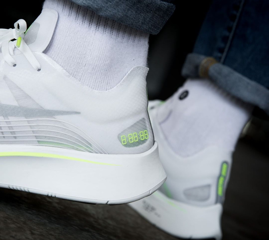 Basket Nike Zoom Fly SP White Volt Glow on feet (2)