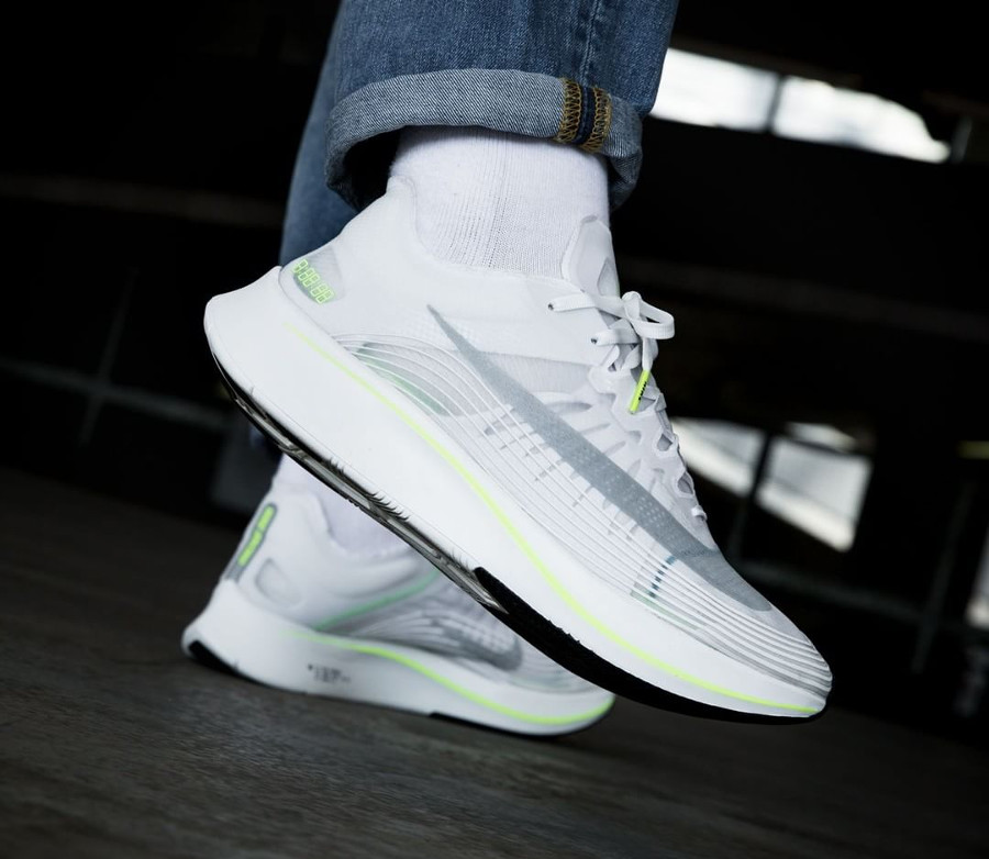 Basket Nike Zoom Fly SP White Volt Glow on feet (3)