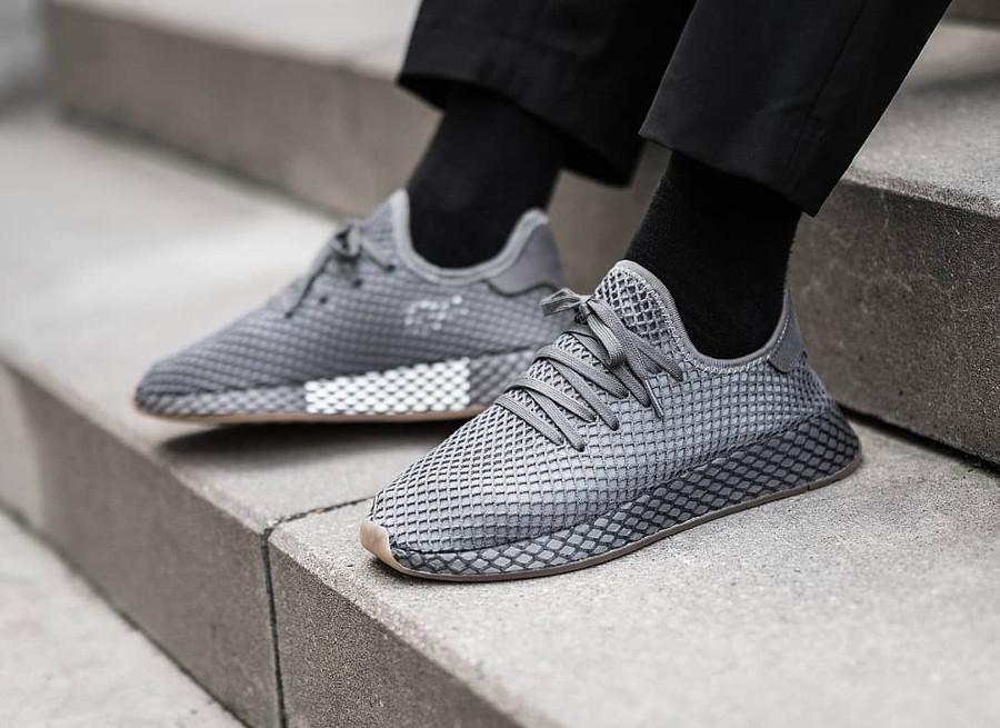 Chaussure Adidas Deerupt Runner gris foncé Grey Three Four on feet CQ2627 (1)