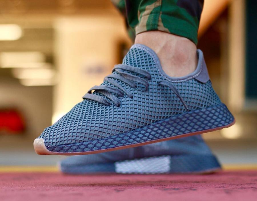 Chaussure Adidas Deerupt Runner gris foncé Grey Three Four on feet CQ2627 (2)