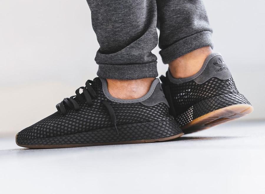 Chaussure Adidas Deerupt Runner gris foncé Grey Three Four on feet CQ2627 (3)
