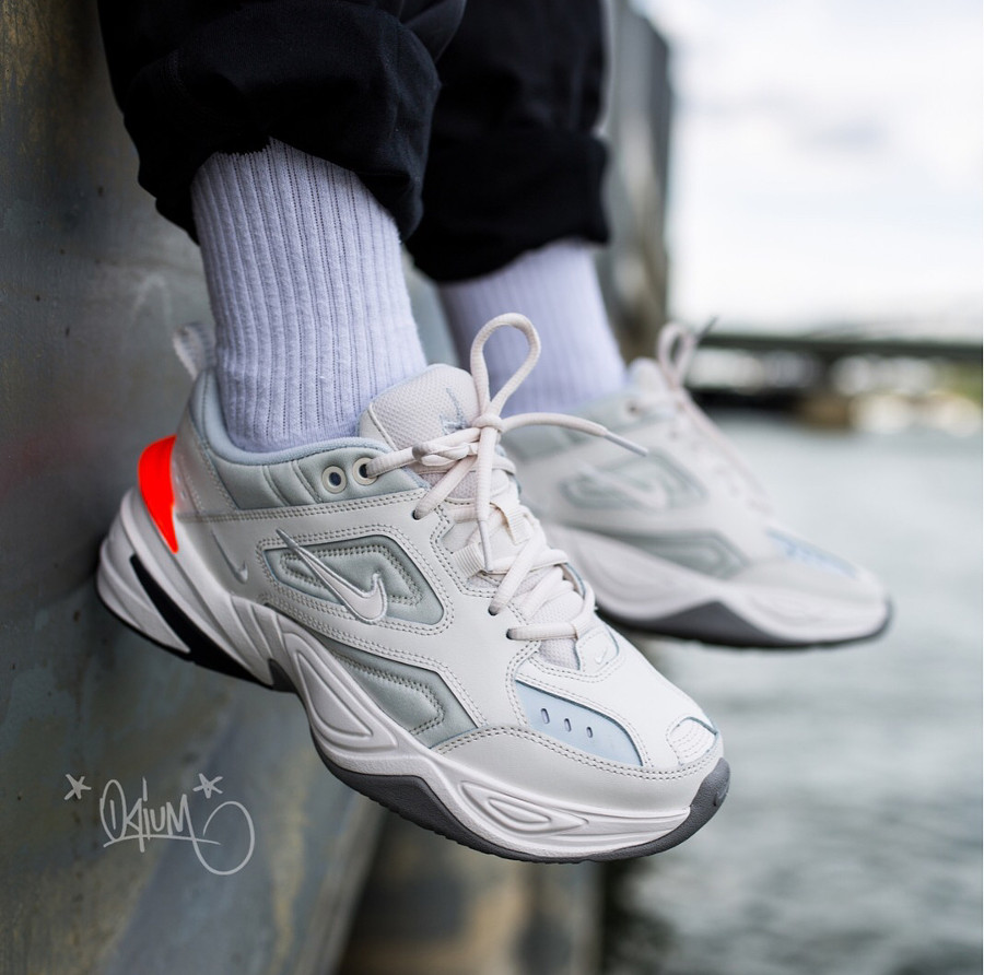 basket Nike Wmns M2K Tekno blanche orange on feet