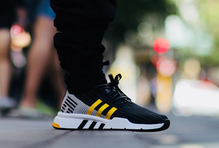 Chaussure Adidas EQT Support Mid ADV PK noire jaune on feet
