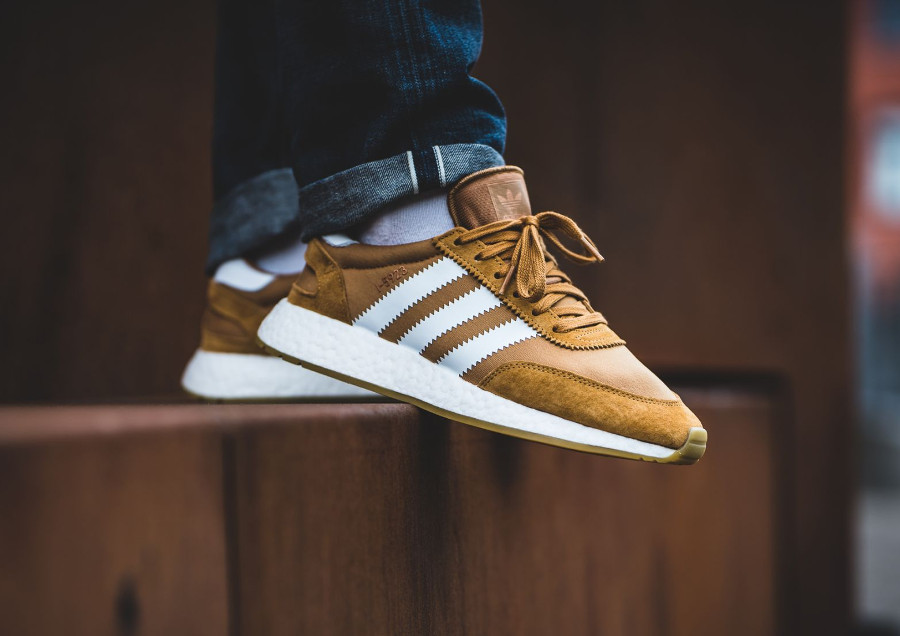Chaussure Adidas Iniki I-5923 Marron Mesa White Gum on feet