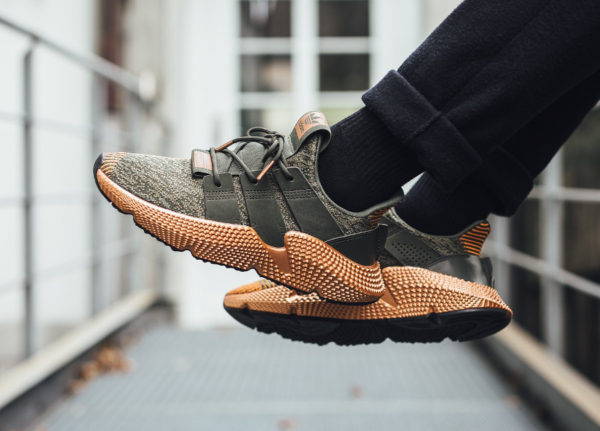 Chaussure Adidas Prophere femme Bronze Copper Metallic on feet