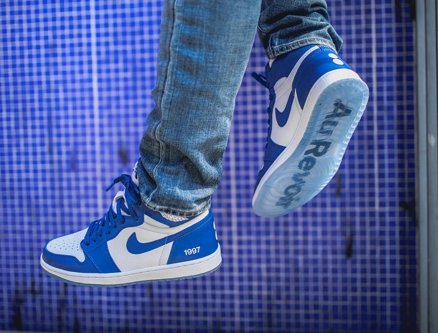 basket-air-jordan-1-montante-bleu-pantone-colette-friends-and-family-on-feet (4)