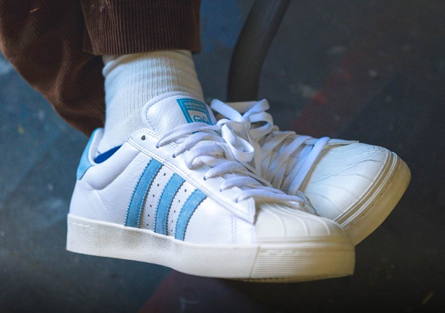 basket-krooked-skate-adidas-superstar-blanche-bleu-ciel-broderie-pétales-de-fleur-on-feet