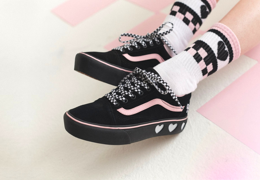 basket-lazy-oaf-vans-old-skool-fille-semelle-compensée-noire-et-rose-on-feet-VA3B3UR2O (2)