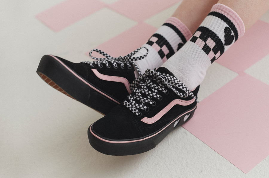 basket-lazy-oaf-vans-old-skool-fille-semelle-compensée-noire-et-rose-on-feet-VA3B3UR2O (3)