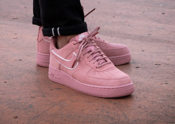 Chaussure Nike Air Force 1 '07 LV8 Suede Red Stardust on feet