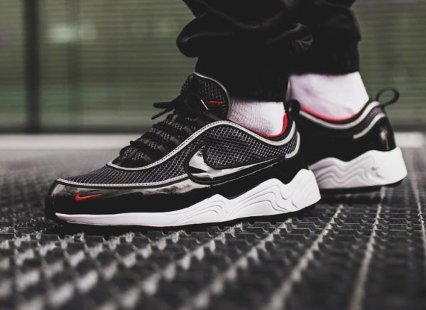 Chaussure Nike Air Spiridon '16 Patent Leather Black Red on feet
