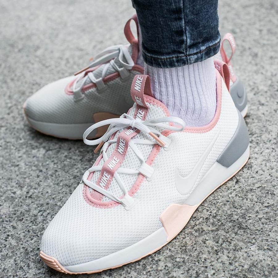 Chaussure Nike Ashin Modern Run Summit White Crimson Tint on feet