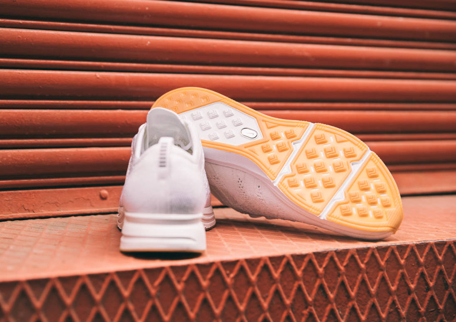 basket-nike-flyknit-trainer-tissage-blanc-semelle-en-gum-AH8396-102 (5)