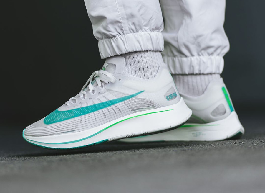 Chaussure NikeLab Zoom Fly SP Blanche Rage Green (homme) on feet