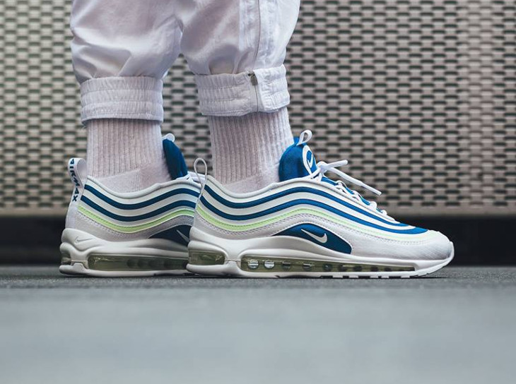 basket-nike-wmns-air-max-97-femme-sprite-blanc-bleu-fluo-on-feet (1)