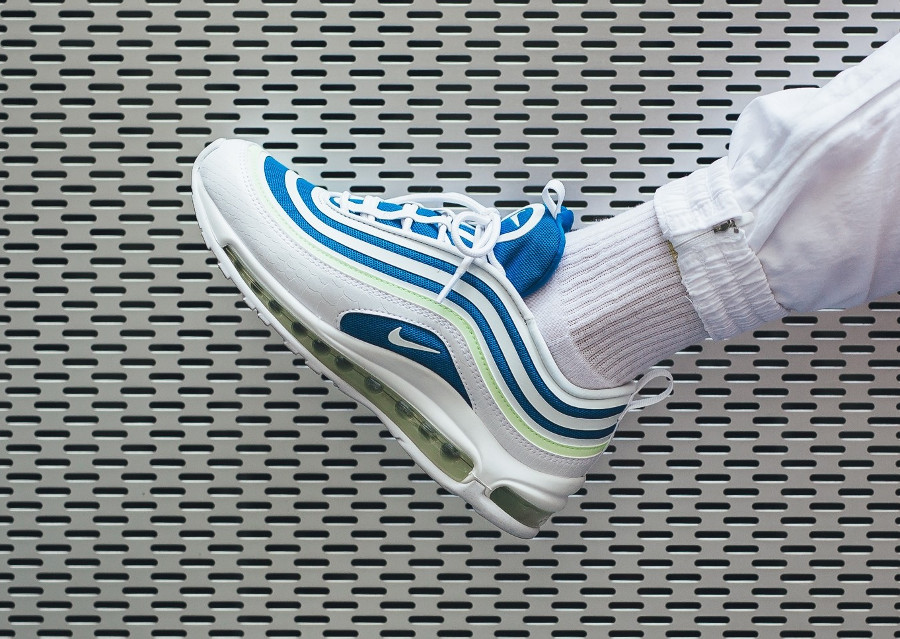 basket-nike-wmns-air-max-97-femme-sprite-blanc-bleu-fluo-on-feet (2)