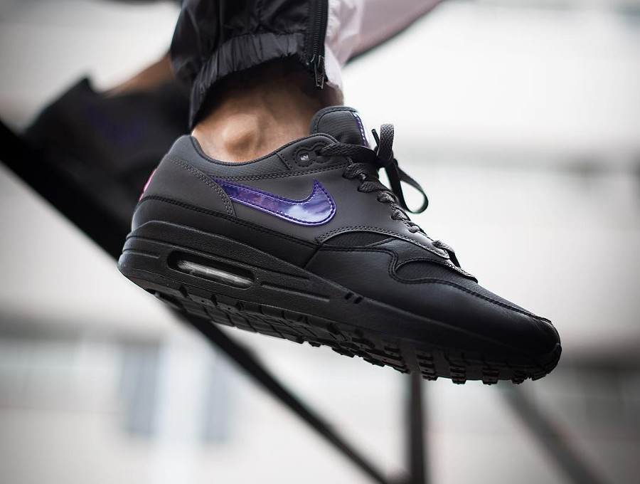 Chaussure Nike Air Max 1 Premium Dark Grey Fierce Purple Pink Blast on feet