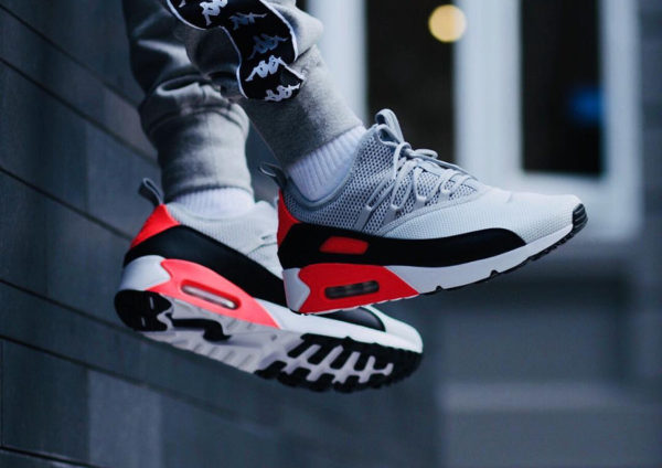 Chaussure Nike Air Max 90 EZ Pure Platinum Infrared on feet on feet (1)
