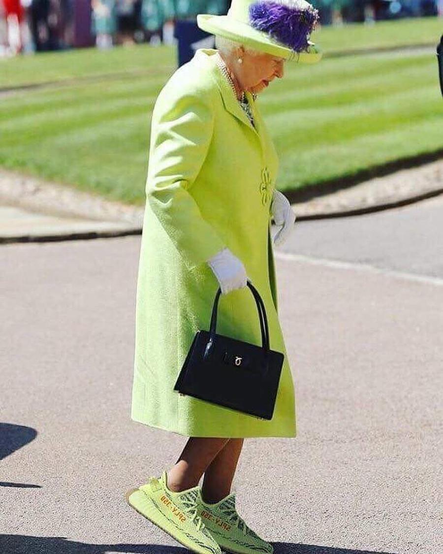 La reine Elisabeth 2 en Adidas Yeezy 350 Boost 2 Semi Frozen Yellow - modzzilla
