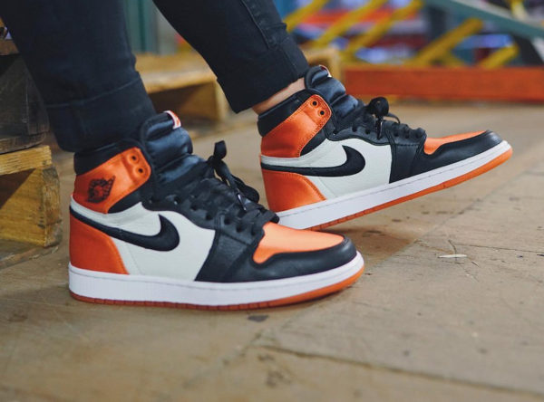 Chaussure Air Jordan 1 High femme Satin Shattered Backboard on feet