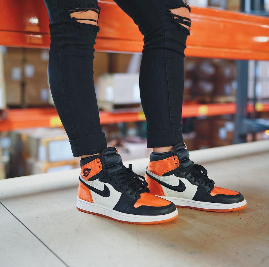 basket-air-jordan-1-montante-fille-en-satin-brillant-orange-on-feet (3)