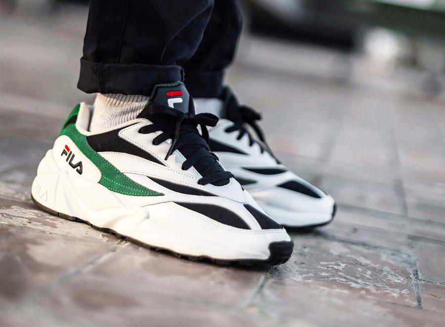 basket-fila-venom-blanche-et-verte-aux-pieds-1010255-00Q (2)