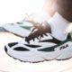 basket-fila-venom-blanche-et-verte-aux-pieds-1010255-00Q (3)