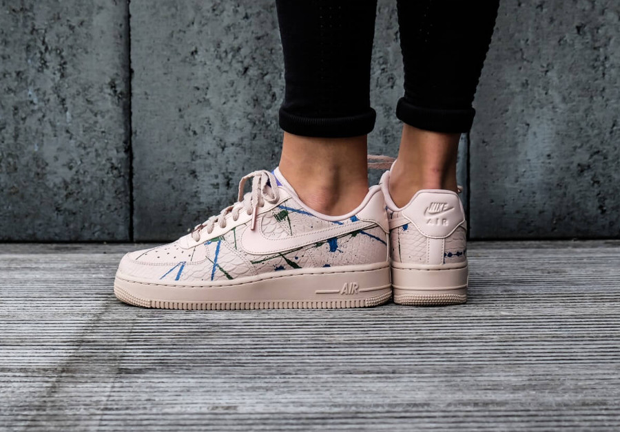 basket-nike-air-force-one-luxe-fille-peau-de-serpent-rose-on-feet (1)