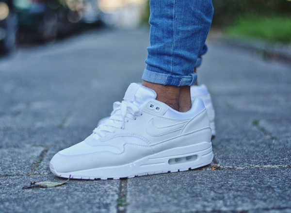 Chaussure Nike Air Max 1 Femme blanche Triple White on feet