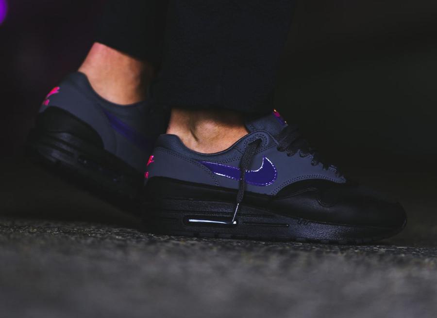 basket-nike-air-max-1-prm-cuir-noir-et-gris-swoosh-violet-AR1249-002 (1)