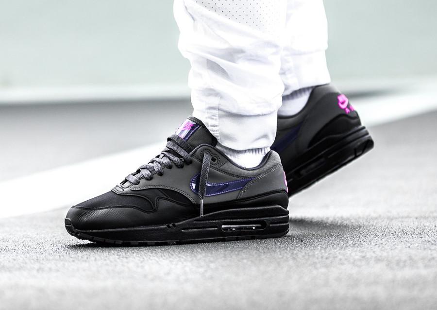 basket-nike-air-max-1-prm-cuir-noir-et-gris-swoosh-violet-AR1249-002 (3)