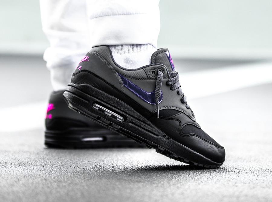 basket-nike-air-max-1-prm-cuir-noir-et-gris-swoosh-violet-AR1249-002 (4)
