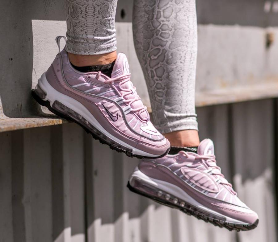 basket-nike-air-max-98-fille-rose-clair-foncé-gris-argent-aux-pieds (2)