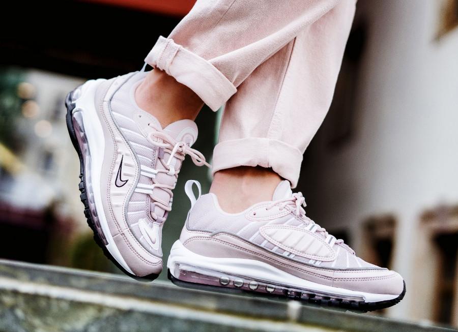 basket-nike-air-max-98-fille-rose-clair-foncé-gris-argent-aux-pieds (3)